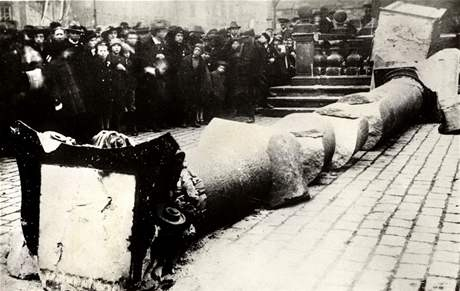 The destruction of the Marian Column in Prague, November 1918.  Source: http://zpravy.idnes.cz/obrazem-pred-devadesati-lety-padl-k-zemi-mariansky-sloup-pk9-/domaci.aspx?c=A081103_114650_praha_pje.